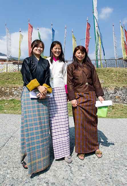Quốc phục Bhutan, chỉ khác nhau về chất liệu, trang trí.