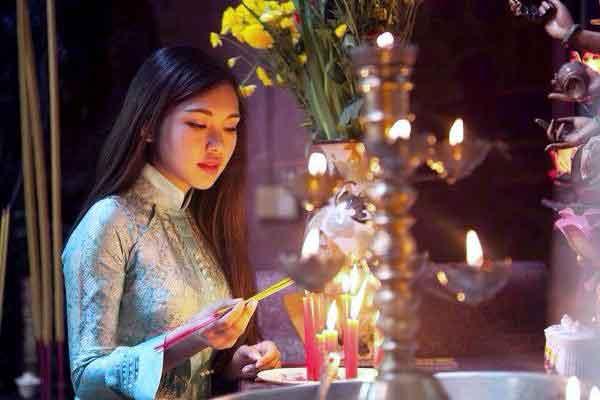 Phụ nữ học Kinh Phật tích đức cho chồng con